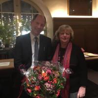 Der neue Bezirksausschuss Vorsitzende Wolfgang Kuhn übernimmt von seiner Vorgängerin Johanna Salzhuber