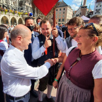 Olaf Scholz begrüßt die Moosacher SPD