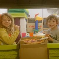 Pizzaessen im Spielhaus